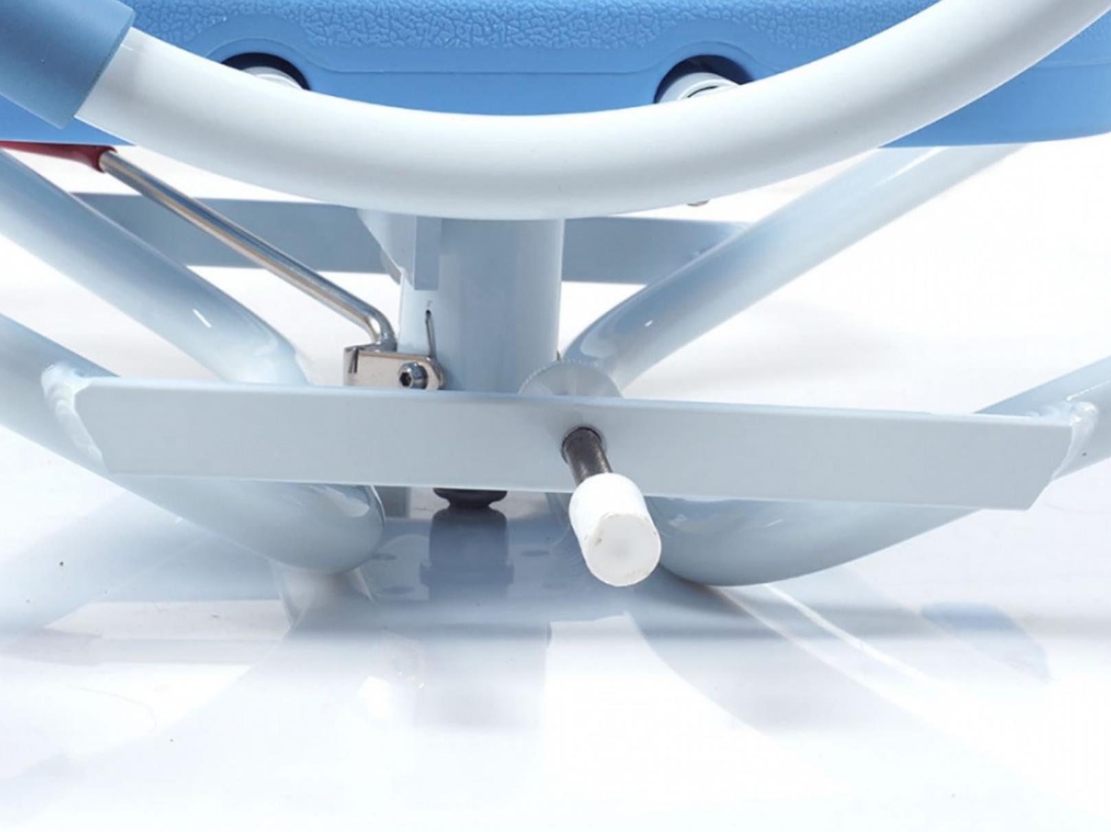 Сиденье оснащено регулировкой под ширину ванны